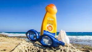 Sonnencreme-Flecken aus der Kleidung entfernen