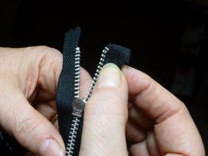 Den Reißverschluß an der Daunenjacke reparieren